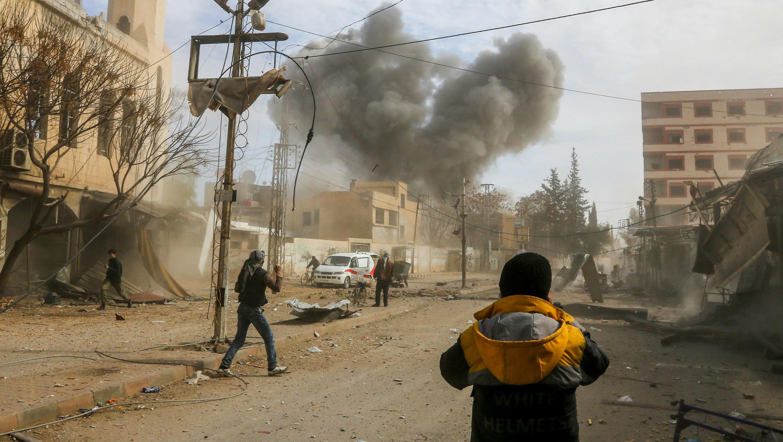 Una foto tomada el 8 de febrero de 2018 muestra columnas de humo que se elevan después de un ataque aéreo reportado por el régimen en el enclave de Jisreen, en el este de Guta, cerca de Damasco.