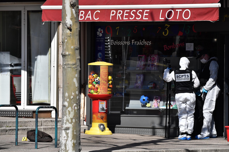 Des policiers sur les lieux de l'attaque au couteau, le 4 avril 2020, à Romans-sur-Isère.