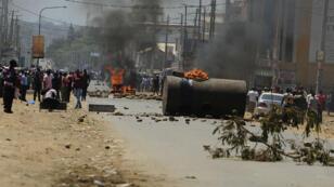 Des partisans de l'opposant Raila Odinga ont érigé des barricades mercredi à Kisumu pour protester contre les résultats.