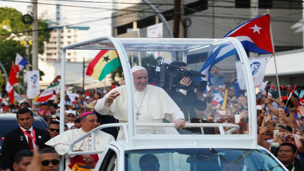 El Papa Francisco saluda a los feligreses tras su llegada para la Jornada Mundial de la Juventud en la ciudad de Panamá, Panamá, el 23 de enero de 2019.