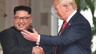 الرئيس الأمريكي دونالد ترامب مع رئيس كوريا الشمالية كيم جونغ أون في سنغافورة