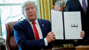 El presidente estadounidense, Donald Trump, en la Oficina Oval de la Casa Blanca en Washington, EE. UU., tras firmar la orden ejecutiva que impone nuevas sanciones a Irán el 24 de junio de 2019.