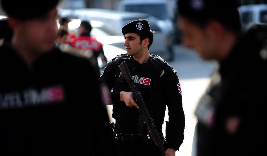Des policiers turques après le meurtre d'un magistrat le 30 mars 2015 à Istanbul