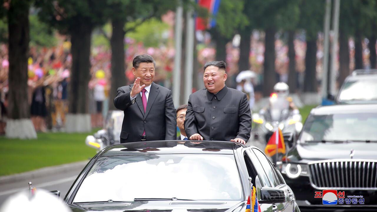 El líder norcoreano, Kim Jong Un, recibe al presidente chino Xi Jinping en el Aeropuerto Internacional de Pyongyang en Pyongyang, Corea del Norte, en esta foto sin fecha publicada el 21 de junio de 2019.