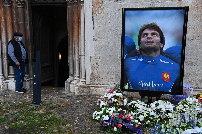 Un portrait de la star du rugby français Christophe Dominici lors de ses funérailles à Hyères le 4 décembre.