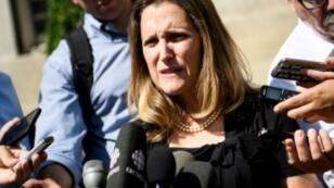 وزيرة الخارجية الكندية كريستيا فريلاند تدلي بتصريح للصحفيين لدى وصولها إلى واشنطن في 5 أيلول/سبتمبر 2018.
