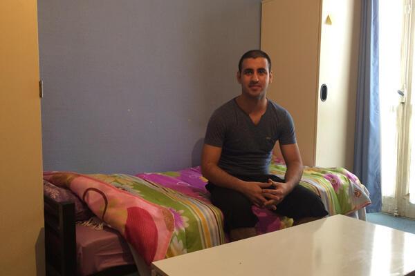 Zahidullah, Afghan de 28 ans, dans sa chambre, qu'il partage avec un deuxième colocataire.