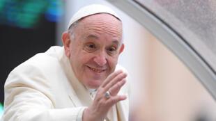Francisco (d) ha tenido que llevar su papado adaptándose a una serie de cambios que exige la sociedad moderna adaptarse