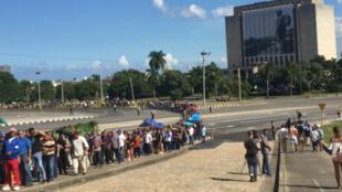 """Sur la mythique place de la Révolution à La Havane, les files d'attente se forment pour rendre hommage au """"Comandante"""""""