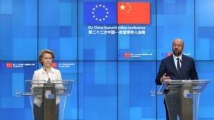 El presidente del Consejo Europeo, Charles Michel, y la presidenta de la Comisión Europea, Ursula von der Leyen, asisten a una conferencia de prensa luego de una cumbre virtual con el presidente chino, Xi Jinping, en Bruselas, Bélgica, el 22 de junio de 2020.