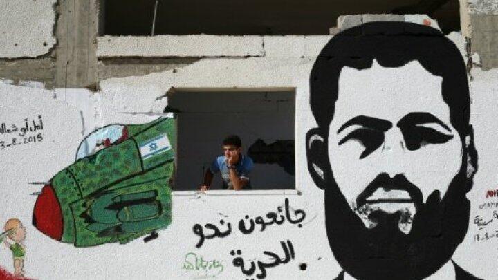 رسم يحمل صورة الأسير الفلسطيني محمد علان