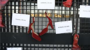 Des chaussures peintes en rouge symbolisant les femmes victimes de féminicide ou d'agressions, près du tribunal de Nantes, le 25 novembre 2017.
