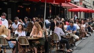 المقاهي والمطاعي الفرنسية تفتح أبوابها كليا بوجه زبائنها بعد قرار للرئيس ماكرون أعلنه مساء الأحد في خطاب