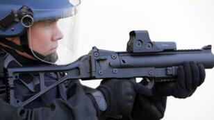 Un gendarme, du peloton de surveillance et d'intervention de la Gendarmerie, équipé d'un flashball LBD 40.
