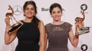 Les sœurs Mardini, Sarah (à gauche) et Yusra (à droite), à Berlin le 17 novembre 2016, après avoir reçu le Bambi Award dans la catégorie héros.