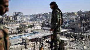 مقاتلان من قوات سوريا الديمقراطية في الرقة 20 تشرين الأول/أكتوبر 2017