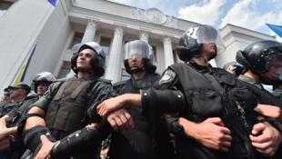 الشرطة الأوكرانية أمام البرلمان في كييف