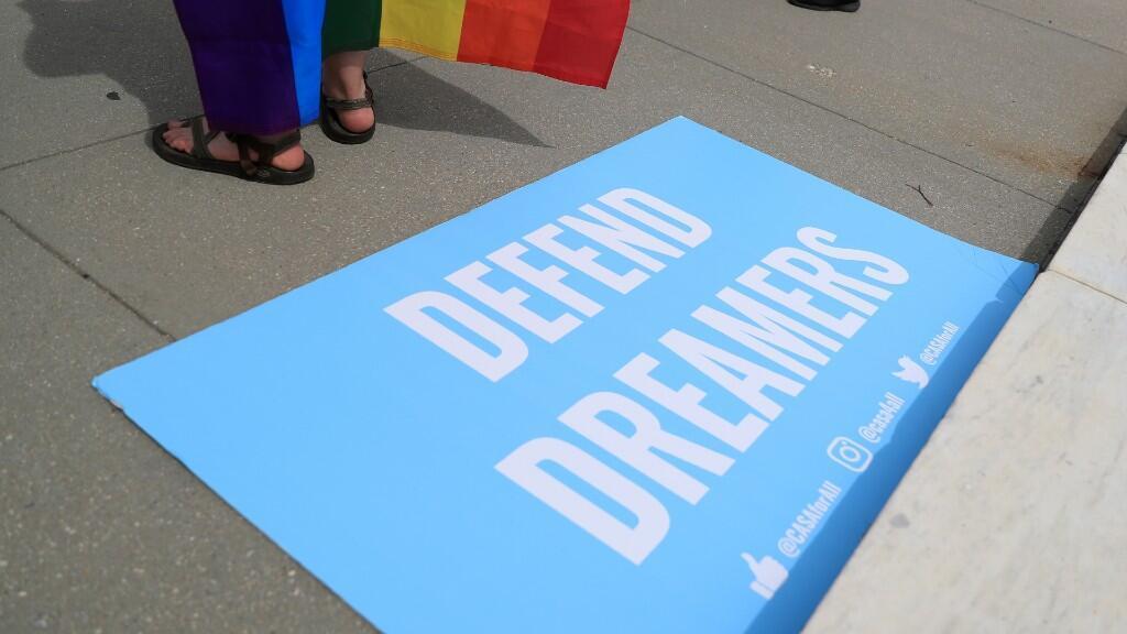 """Un cartel en defensa de los jóvenes migrantes, llamados """"dreamers"""", descansa sobre las escaleras del Tribunal Supremo. El 15 de junio de 2020."""