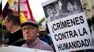 Colectivos de la Memoria Histórica convocaron una concentración frente al Congreso de los Diputados para exigir la exhumación de los restos de Francisco Franco del Valle de los Caídos, en Madrid, España, el 13 de septiembre de 2018.
