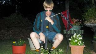 Sur cette photo postée sur Internet, Dylann Roof apparaît armé, arborant le drapeau des confédérés, symbole des suprémacistes blancs.