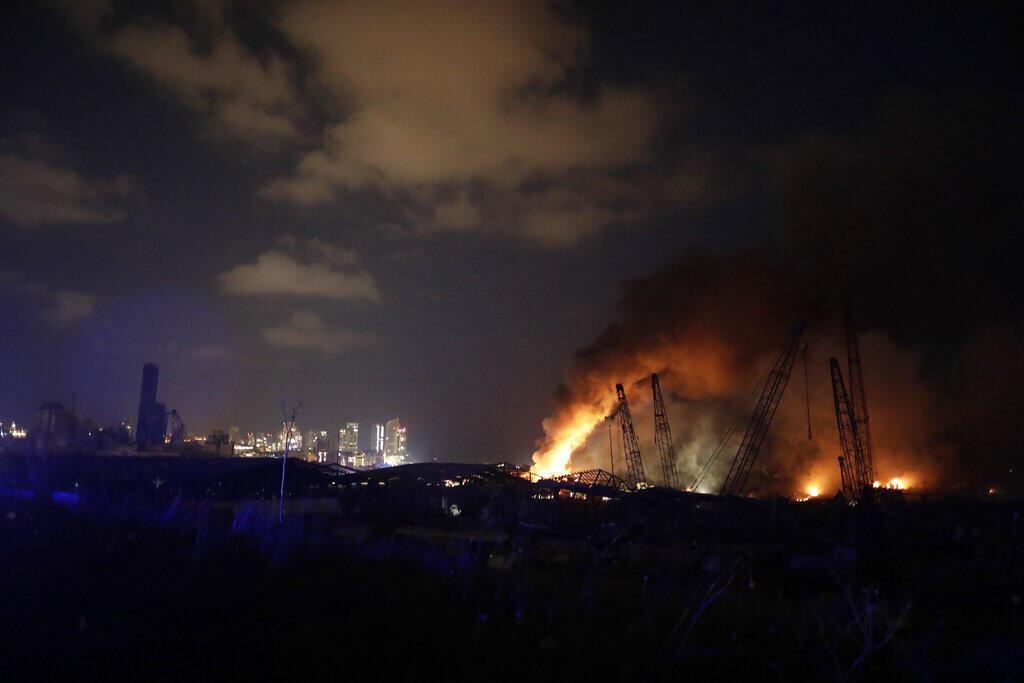 النيران تندلع بموقع الانفجار في مرفأ بيروت، 4 أغسطس/آب 2020.