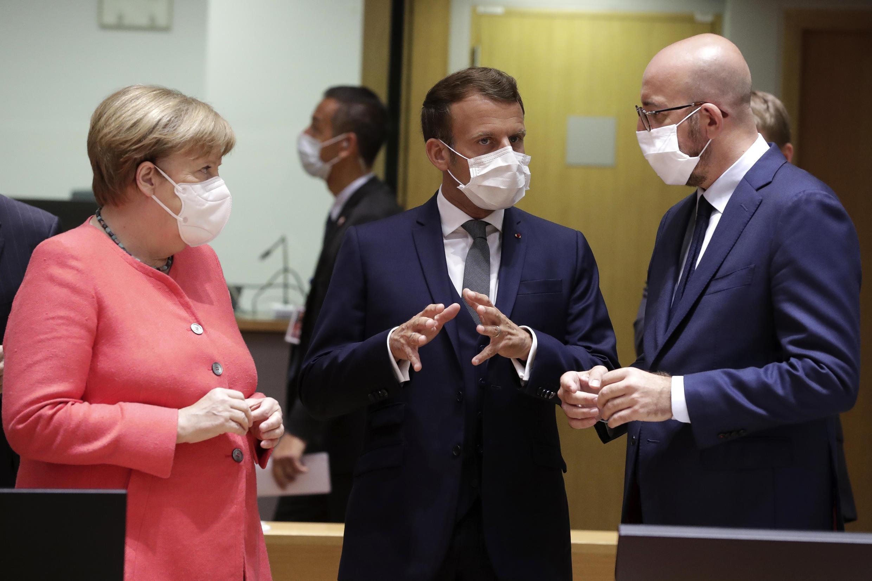 La chancellière allemande Angela Merkel (à gauche), le président Emmanuel Macron (centre) et le président du conseil européen Charles Michel réunis à Bruxelles le 17 juillet 2020 pour trouver un accord sur le plan de relance de l'Union européenne.