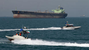 Un bateau des Gardiens de la révolution près d'un tanker dans le port de Bandar Abbas, le 2 juillet 2012.