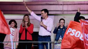 Le Premier ministre espagnol, Pedro Sanchez, célèbre sa victoire, le 28 avril 2019, devant le siège du PSOE à Madrid.