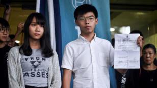 Los activistas en favor de la democracia Joshua Wong y Agnes Chow abandonan la Corte del Este después de ser liberados bajo fianza en Hong Kong el 30 de agosto de 2019.