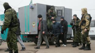 أسرى أوكرانيون يتم اقتيادهم من جنود انفصاليين باتجاه نقطة تبادل الأسرى، 29 كانون الأول/ديسمبر 2019.