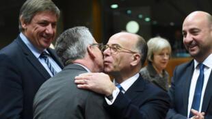 Le ministre allemand de l'Intérieur, Thomas de Maiziere, embrassant son homologue français, Bernard Cazeneuve, le 4 décembre à Bruxelles.