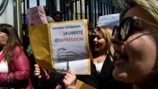 Des employés de la télévision publique algérienne manifestent contre la censure le 15 avril 2019 à Alger