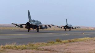 Des avions de la coalition arabe participant à des raids aériens, en avril 2015.