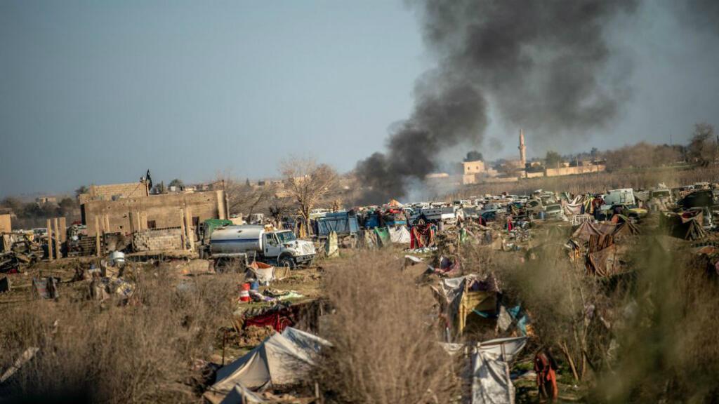 El 9 de marzo de 2019, el humo se levanta de un campamento improvisado para los integrantes del grupo del Estado Islámico y sus familias en la ciudad de Al Baguz, en la provincia oriental siria de  Deir Al Zor.