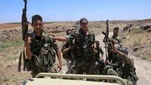 جنود سوريون أثناء جولة نظمتها الحكومة في إحدى مناطق محافظة درعا في جنوب سوريا الجمعة في 29 حزيران/يونيو 2018