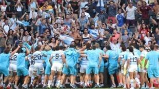 Los jugadores de Argentina celebran la victoria con sus fanáticos al final del partido de rugby Tri-Nations 2020 entre Nueva Zelanda y Argentina, en el Bankwest Stadium de Sydney, Australia, el 14 de noviembre de 2020.