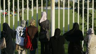 Des femmes observent l'entraînement de l'équipe nationale de football à Téhéran, le 22 mai 2006.