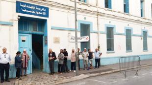 Des électeurs s'apprêtent à voter dans un bureau de vote de Tunis, le 6 octobre 2019.
