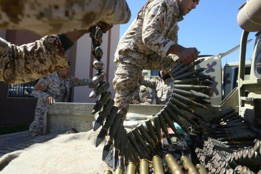 مقاتلون موالون لقوات حكومة الوفاق الوطني أثناء تحضرهم للمعارك المتواصلة مع قوات خليفة حفتر في محيط طرابلس في 8 أبريل/نيسان 2019