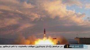 """صور عرضها التلفزيون الإيراني لإطلاق صاروخ """"خرمشهر"""" الجديد الذي يبلغ مداه ألفي كلم في أيلول/سبتمبر من مكان غير معلوم في إيران."""