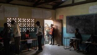 Des Zambiens votent dans une école de Lusaka, le 11 août 2016.