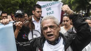 Líderes sociales entonan consignas durante una protesta contra la militarización y la falta de programas sociales en la Comuna 13, en Medellín, departamento de Antioquia, Colombia el 28 de abril de 2018.
