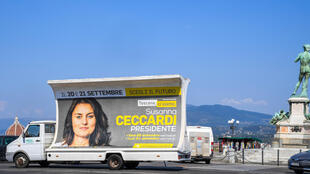 حافلة ترفع لافتة تدعو للتصويت إلى العضو في البرلمان الأوروبي سوزانا سيكاردي في الانتخابات المحلية المقبلة في صورة التٌقطت في 17 أيلول/سبتمبر 2020 في فلورنسا في توسكانا في إيطاليا