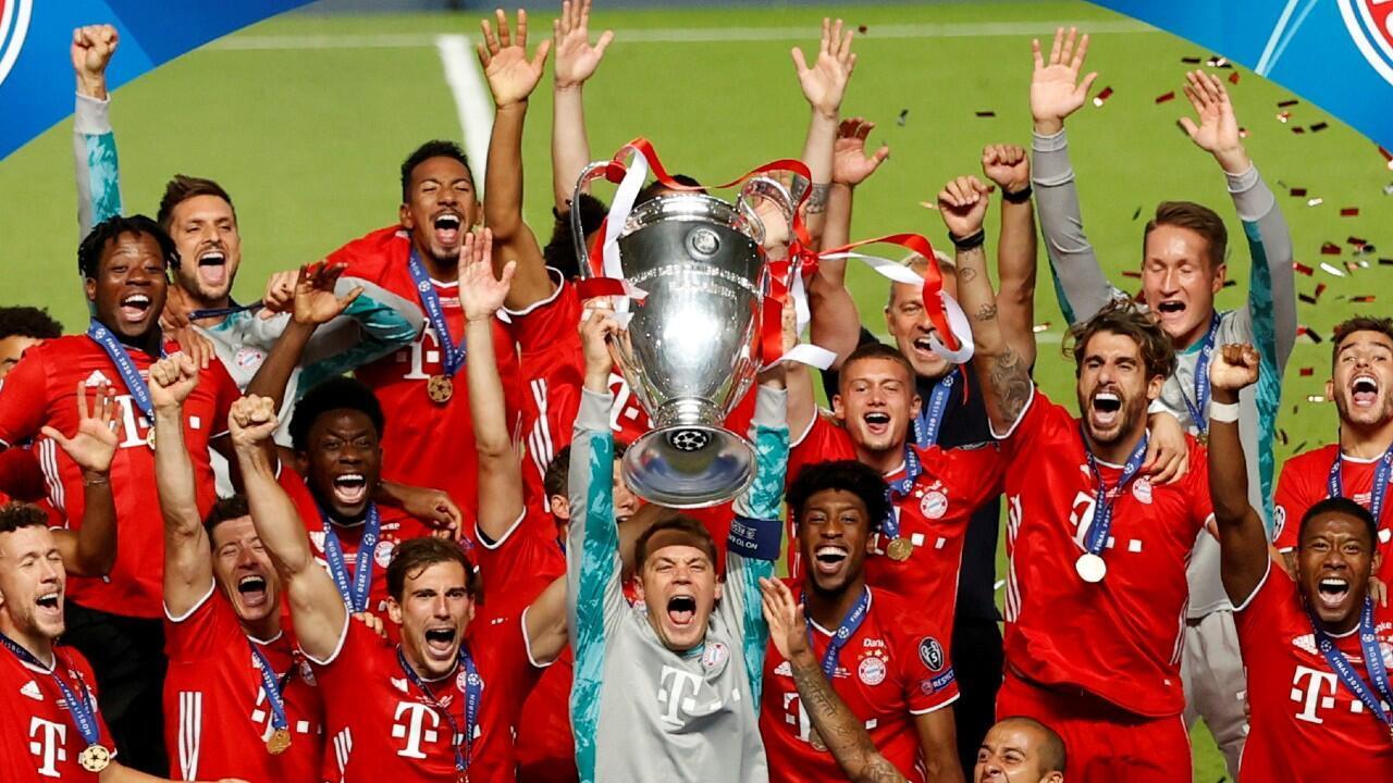 El portero y capitán del Bayern Múnich, Manuel Neuer, levanta el título de la Champions League en el Estadio da Luz de Lisboa, 23 de agosto de 2020.