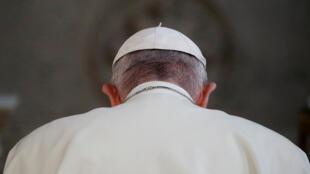El papa Francisco reza dentro de la Catedral St Mary's Pro durante su visita a Dublín, Irlanda, el 25 de agosto de 2018.