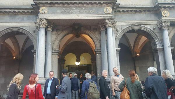 Habitants, militants et représentants politiques se sont retrouvés à l'ancienne mairie de Cologne pour suivre la soirée électorale allemande.