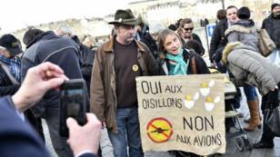 Sylvain Fresneau et sa femme, concernés par l'expulsion du site de Notre-Dame-des-Landes, devant le palais de justice de Nantes, le 25 janvier 2016.