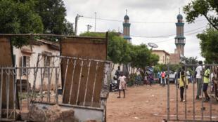 متاريس مرفوعة قرب المسجد الذي يؤمّه محمود ديكو، باماكو 12 تموز/يوليو 2020