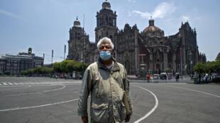 Sans touristes, le guide touristique mexicain Jesus Yepez n'a plus de quoi vivre. Ici, dans le centre historique de Mexico vidé par le Covid-19, le 10 juillet 2020