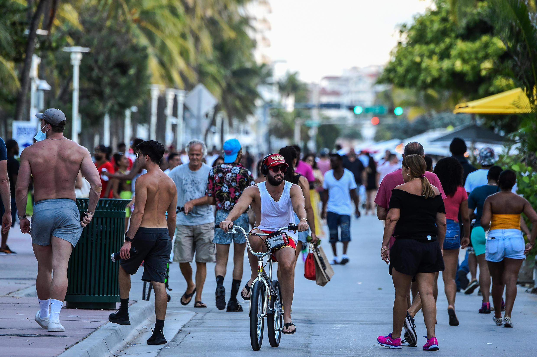 Decenas de personas transitan en Ocean Drive, Miami Beach, Estados Unidos, el 26 de junio de 2020.